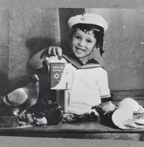 Kinder geben seit vielen Jahrzehnten an Schabbat Kleingeld in die Blauen Büchsen