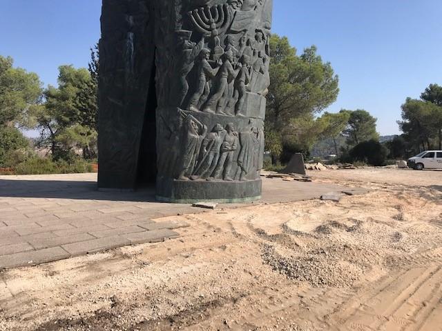 Bodenarbeiten beim Monument im Märtyrerwald