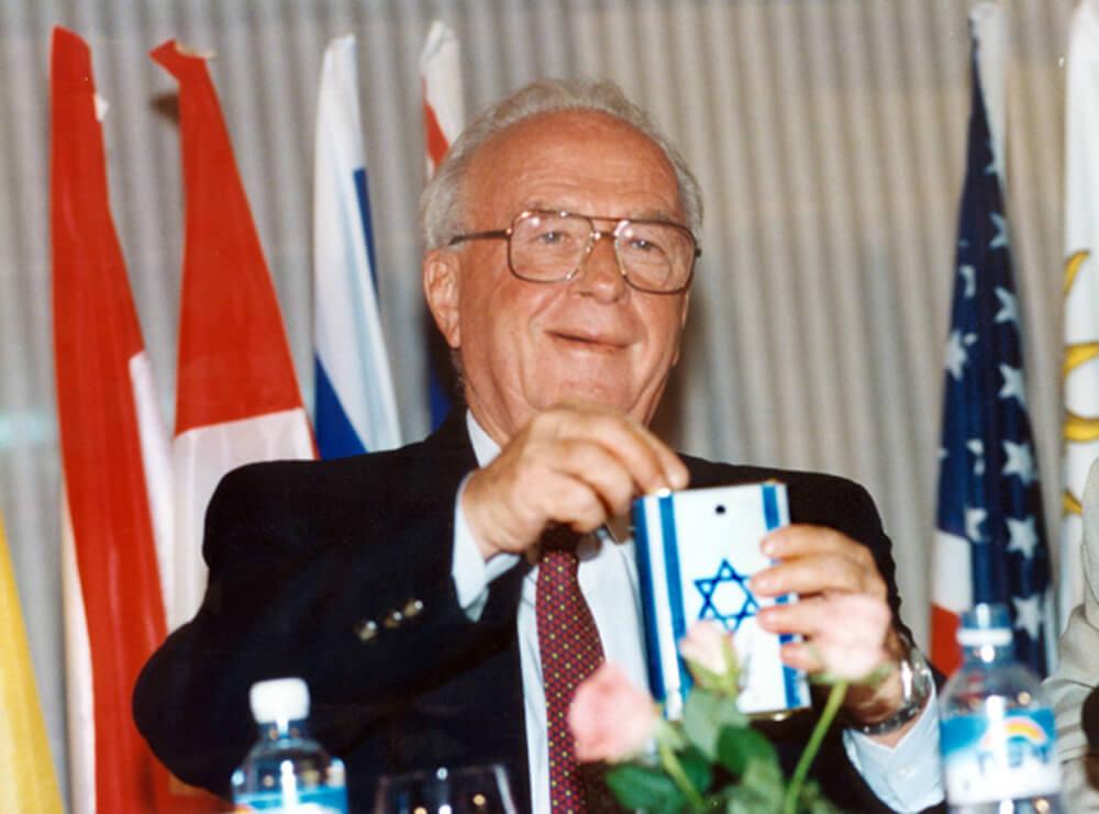 Yitzhak Rabin mit der Blauen Büchse des KKL