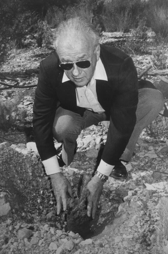 Yitzhak Rabin beim Baumpflanzen