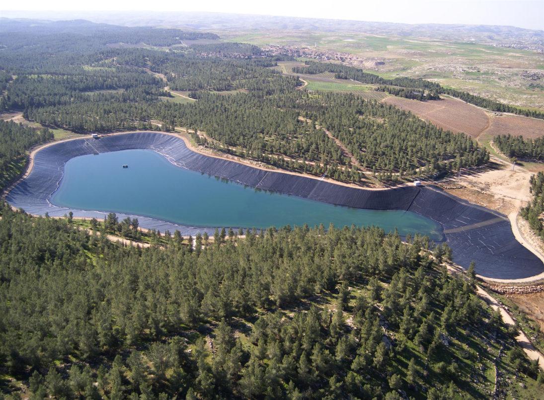 Das JNF-KKL Wasserreservoir im Yatir Wald ist umgeben von Bäumen